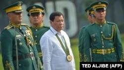 Президент Дутерте в окружении военных