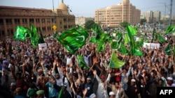 "ABŞ-da döredilern ""Musulmanlaryň bigünäligi"" atly filme garşy protestler Pakistanda indi iki hepdä golaý wagt bäri dowam edýär. Karaçi, 20-nji sentýabr, 2012."