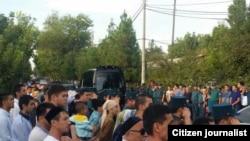 Taşkent sakinleri, cenaze korteji ava limanına ketken yolda prezident İslam Karimovnı özğara, 2016 senesi, sentâbr 3