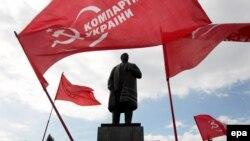 Прыхільнікі Камуністычнай партыі Ўкраіны каля помніка Ўладзімеру Леніну ў Луганску, 22 красавіка 2014 году