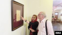 محمود دولتآبادی در نمایشگاه خوشنویسی «سخن» در کنار حدیث پویانمهر، خوشنویس، ۱۳۹۷