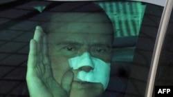 Сильвио Берлускони по дороге в госпиталь после нападения