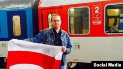 Беларусь саяси эмигранты Алесь Михалевич Литва темір жол вокзалында. 8 қыркүйек 2015 жыл.