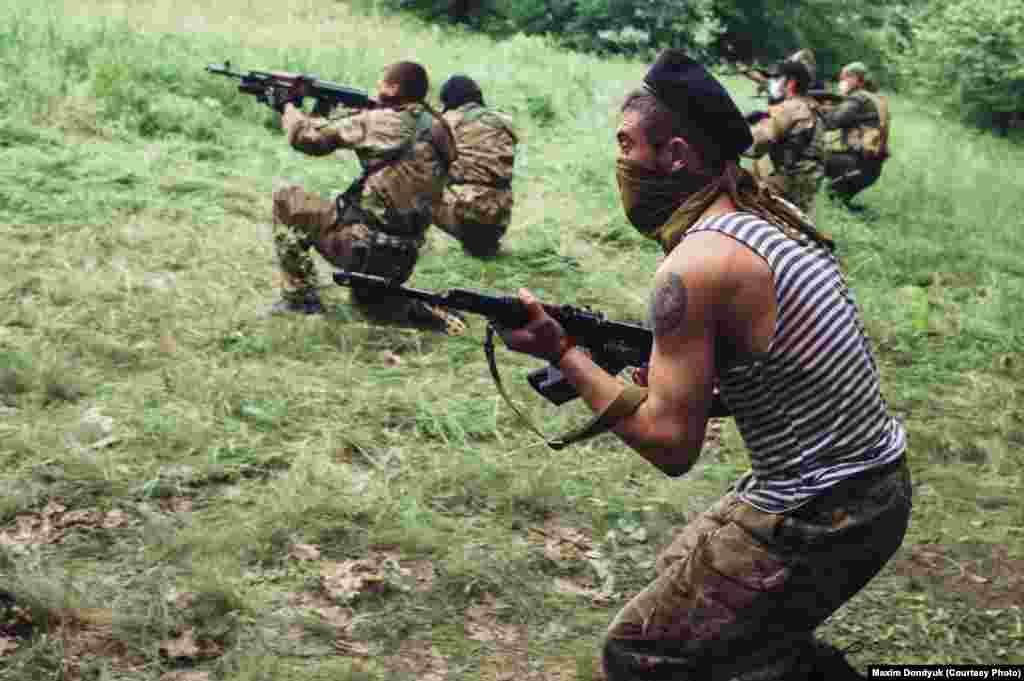 """Батальон """"Восток"""" так называемой """"ДНР"""" обучает рекрутов в лесу под Донецком. 1 июня 2014 года."""
