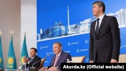 Әділбек Жақсыбеков (сол жақта) Астана әкімі қызметінен президент әкімшілігіне ауысатын кезде. Көрнекі сурет