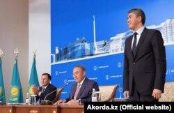 Президент Казахстана Нурсултан Назарбаев представляет нового акима Астаны Асета Исекешева после назначения Адильбека Джаксыбекова руководителем своей администрации. Астана, 21 июня 2016 года.