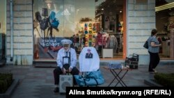 Пожилой человек на улице вечерней Ялты, июль 2017 года. Архивное фото