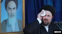 برخی رسانه ها دليل لغو همايش بروجرد را مخالفت برخی از گروه ها با سخنرانی نوه آيت الله خمينی در اين مراسم عنوان کرده بودند.