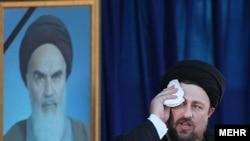 حسن خمینی در حالی که سخنرانی او به دلیل اخلال ناتمام ماند.
