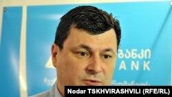 """Газета """"Ахали таоба"""" обращает внимание на то, что экс-министр был очень доволен назначением на пост ректора"""