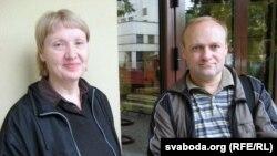 Яўгенія Васьковіч і Раман Юргель на ганку Гарадзенскага абласнога суду