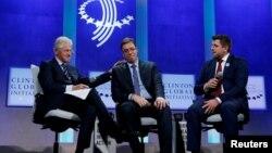 Bivši predsednik SAD Bil Klinton, premijer Srbije Aleksandar Vučić i gradonačelnik Srebrenice Ćamil Duraković na sesiji Klintonove Globalne inicijative u Njujorku, 20. septembar 2016.