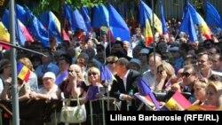 Сторонники евроинтеграции Молдовы на улицах Кишинева в день ратификации парламентом соглашения об ассоциации с ЕС. 2 июля 2014 года.
