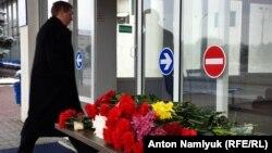 Люди приносят цветы к зданию аэропорта Ростова-на-Дону.