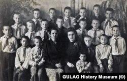 """3""""Б"""" класс. Яков Медов в верхнем ряду справа. Джамбул, 17 мая 1950 года"""