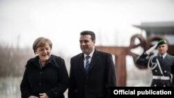 Premierul Zoran Zaev primind-o la aeroport pe cancelara Angela Merkel.