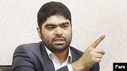 سید حسین حسینی، مجری برنامه «پیک بامدادی» که در برنامه رادیویی «پارک شهر» حضور یافته