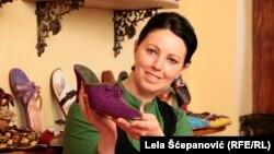 Tamara Pelević sa jednim od svojih ručno rađenih komada obuće, foto: Lela Šćepanović