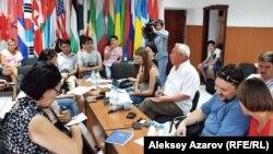 Журналистер этикасының кодексін талқылап отырған тілшілер. Алматы, 23 тамыз 2012 жыл. (Көрнекі сурет)
