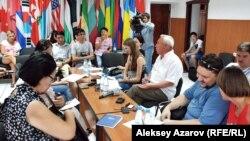 Журналистер этикасының кодексін талқылап отырған тілшілер. Алматы, 23 тамыз 2012 жыл.
