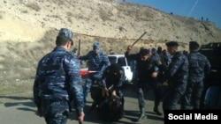 Ոստիկանները հարվածում են ավտոերթի մասնակիցներին, 31-ը հունվարի, 2015թ.