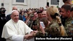 Папа римский Франциск и делегация украинских военных на общей папской аудиенции на площади Святого Петра в Ватикане, 23 мая 2018 года.