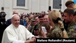 Папа римский на встрече с военнослужащими армии Украины. Ватикан, 23 мая 2018 года.