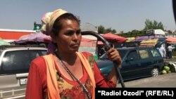 Эльмира Теганова, работающая на рынке в Душанбе ломовым извозчиком (арбакешем).