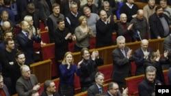 Ուկրաինա -- Յուլիա Տիմոշենկոյի կուսակիցները ծափահարություններով ողջունում են Ռադայի որոշումը, 21-ը փետրվարի, 2014