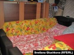 Диван, на котором спит Умит Нуртазина, на лестничной площадке у прежней квартиры. Астана, 4 апреля 2013 года.