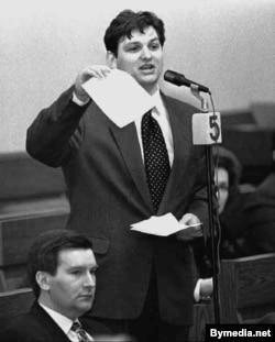Андрэй Клімаў выступае ў Вярхоўным Савеце. Побач зь ім Віктар Ганчар, 1996 год