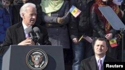 Vice-președintele american Joe Biden se adresează mulțimii din scuarul Operei