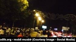 Во время пожара милиция перекрыла улицы рядом с торговым комплексом «Узкургазмасавдо». Ташкент, 18 августа 2015 года.