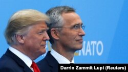 Дональд Трамп (л) на зустрічі з Єнсом Столтенбергом більше говорив про занепокоєння щодо справедливості членських внесків країн для НАТО