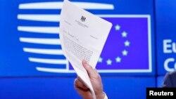 Եվրամիության խորհրդի նախագահ Դոնալդ Տուսկը ասուլիսի ժամանակ ցույց է տալիս ԵՄ-ից դուրս գալու մտադրության վերաբերյալ Մեծ Բրիտանիայի պաշտոնական ծանուցումը, Բրյուսել, 29-ը մարտի, 2017թ․