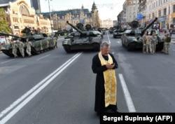 Священик під час репетиції військового параду до Дня Незалежності України. Київ, 18 серпня 2018 року