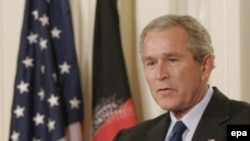 جرج بوش رییس جمهوری آمریکا گزینه های پیش رو در عراق را بررسی می کند