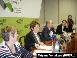Оксана Дмитриева и ее сторонники на пресс-конференции в Петербурге