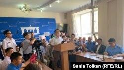 Серікжан Біләш (ортада) судьяның сұрақтарына жауап беріп тұр. Нұр-Сұлтан, 29 шілде 2019 жыл.