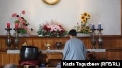 Проповедник алматинской буддийской организации Ким Тэ Иль у алтаря во время богослужения. Алматы, апрель 2013 года.