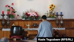 Алматыдағы буддистер қауымының уағызшысы Ким Тэ Иль ғибадатханада құлшылық жасап отыр. Алматы, 7 сәуір 2013 жыл.