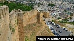 Часть крепостной стены и вид на город