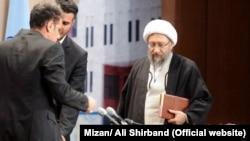 پیشتر برخی از کاربران شبکههای اجتماعی از رایزنی صادق لاریجانی برای آزادی اکبر طبری و گرفتن اجازه از خامنهای برای عزیمت به نجف خبر داده بودند.