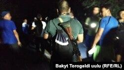 8 августга ўтар кечаси ҳуқуқ-тартибот органларига қаршилик кўрсатган Атамбаев тарафдорлари.