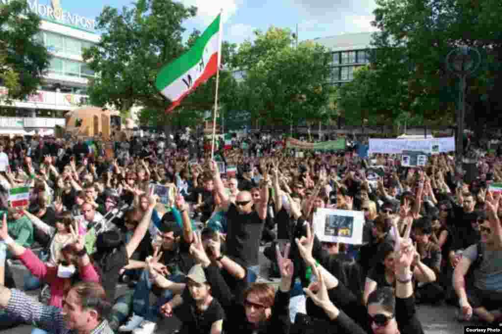 جوانان ایرانی از جنب و جوش نمیافتند؛ از فعالیتهای فرهنگی تا سیاسی و اجتماعی... همه جا حضور دارند.
