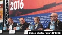 الکس گیبنی (راست)، سازنده مستند «روزهای صفر» در کنفرانس مطبوعاتی در جشنواره برلین