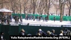 Невідомі «спортсмени» у дворі Дніпропетровської ОДА під час акції опозиції, 24 січня 2014 року
