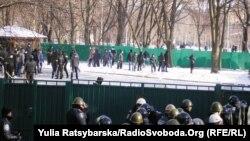 «Тітушки» на подвір'ї Дніпропетровської обладміністрації під час акції Євромайдану, 26 січня 2014 року