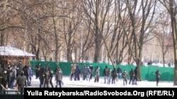 Тітушки на подвір'ї Дніпропетровської ОДА