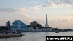 Вид на высотное здание гостиничного комплекса «Парус» на мысе Хрустальный в Севастополе